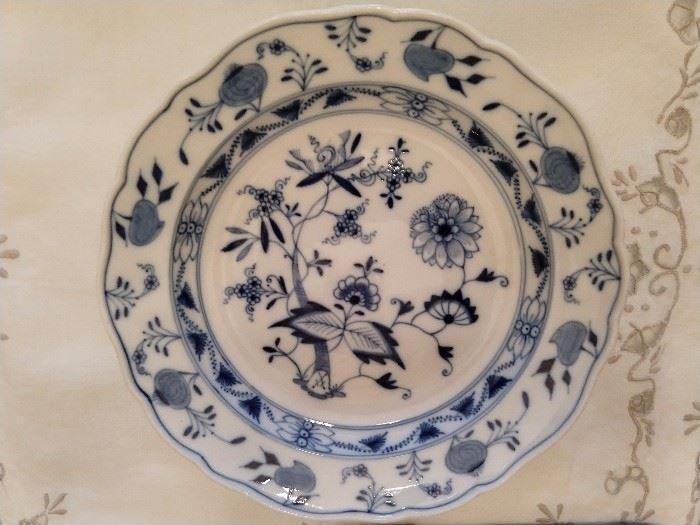 Set of 5 Meissen blue onion dessert plates, plain rimmed.