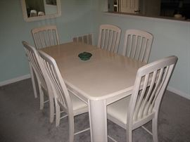 Nice dining room table & chairs