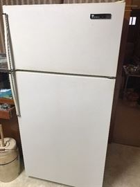 18.6 White Westinghouse Refrigerator with Ice maker