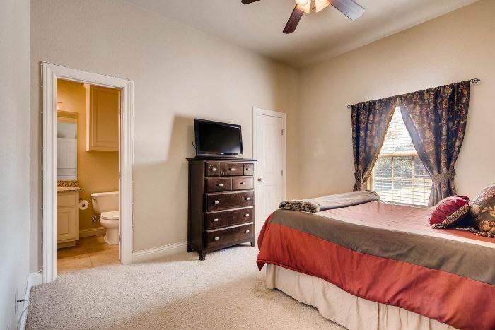 Queen size bed, dresser, tvs, night stands.