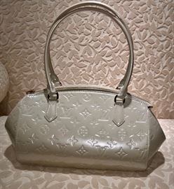 CL 10   Louis Vuitton Monogram Vernis Sherwood PM Blanc       Used Once
