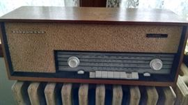 TELEFUNKEN GERMAN TABLE TOP RADIO