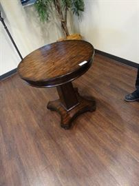 Nice looking wood occasional table w/ pedestal bas ...