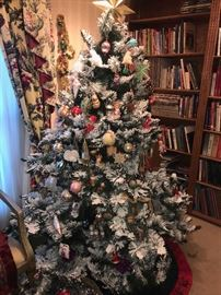 BEAUTIFUL CHRISTMAS TREE WITH ORNAMENTS