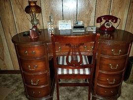 Mahogany kiddney shape vintage desk.  Excellent condition!