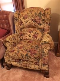 UPHOLSTERED RECLINER CHAIR.