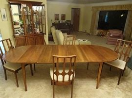 BROYHILL Brasilia Dining Set with 3 extensions inserted