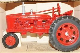 ERTL Farmall H Tractor, 1/16 scale NIB