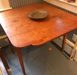 New York 1800's tiger maple dropleaf table