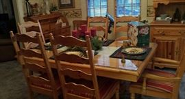 BROYHILL COUNTRY PINE TABLE 6 CHAIRS & 2 EXTRA LEAVES
