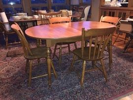 Oval dining table w/6 chairs & 2 leaves