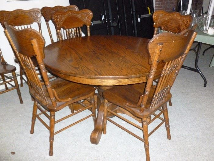 Oak table w/2 leaves and 8 pressed back chairs