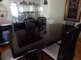 Lovely transitional dining room in great condition.