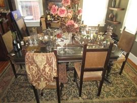 Antique Dark Oak dining table with 1 leaf and 6 chairs