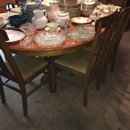 Round oak table with 8 oak chairs