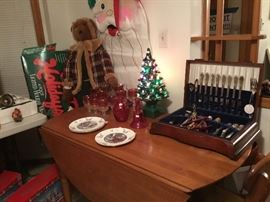 Morial about the Christmas plates, winkle glass, Rogers brothers drilling plated silverware set, service for eight