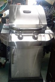 Char-Broil Commercial Infrared Gas Grill with Gas Tank and Cover - used only twice