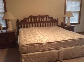 King bed (includes mattress & box springs!)