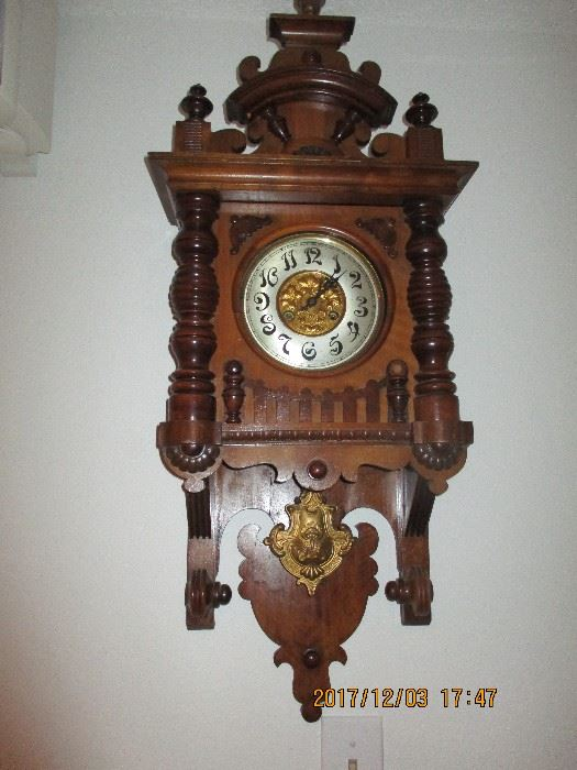 listed by bullseye estate sales clock