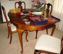 Stanley dining room table, chairs , leaf and pads