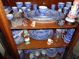 LARGE COLLECTION OF ASIAN PORCELAIN DINNERWARE SET WITH OVER 100 PIECES