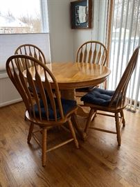 Oak dinette set with 6 swivel seat chairs and 2 leaves
