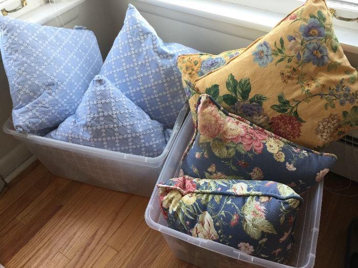 many decorative pillows