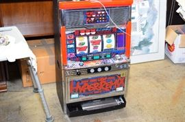 Slot Machine Works!!! Comes with Coins