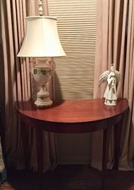 Curved side table, angel figurine and urn-style lamp