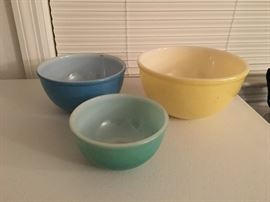 Vintage Pyrex nesting bowls, yellow, blue and green.