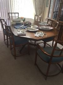 MID-CENTURY DINING TABLE WITH 6 CHAIRS, TWO LEAVES & TABLE PADS