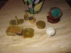 Many pieces of agate collectibles