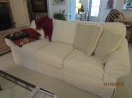 GORGEOUS HENREDON CREAM COLOR 3 CUSHION SOFA.. IT IS IN IMPECCABLE CONDITION..