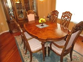 BEAUTIFUL DINING ROOM SET AND HUTCH