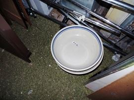 Lots of vintage bowls and kitchen ware!