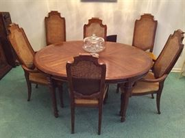 Drexel dining table with 6 chairs, 2 leaves and pad