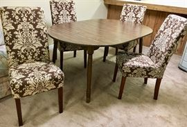 Round Kitchen dining table w/ leaf Turns to oval with 4 Chairs