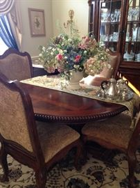 Universal furniture - lovely round dining table/6 chairs (has leaves)