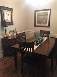 Dining room table with leaf in excellent condition.