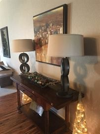 Beautiful foyer table and lamps. Lots of nice artwork.