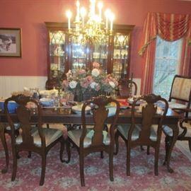 STUNNING DREXEL CLASSIC DINING ROOM SUITE