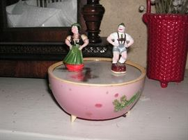 Music box with dancing people