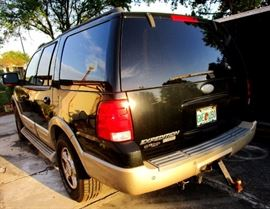 Ford Expedition 2005, Eddy Bauer model package, leather interior, clean seats no damage---runs great only 150,000 Miles