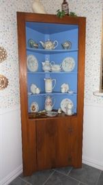Corner cabinet with plate grooves