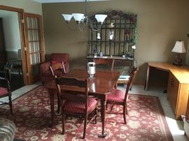 beautiful dining set w/ 6 chairs (2 armchairs not shown)