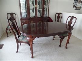 Ethan Allen dining table w/6 chairs -(2 arm, 4 side), 2 leaves and pads