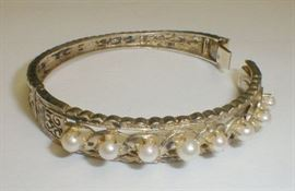 Sterling hinged bangle with eight perls