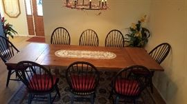 Broyhill- Attic Heirlooms Opens to 9 feet long!! with 8 total chairs.
