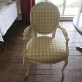 4 FRENCH ARMED AND NEUTRALLY UPHOLSTERED CHAIRS