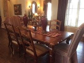 Gorgeous - like new dining room table, two leafs, 6 chairs